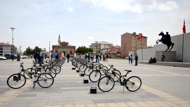 Karsta başarılı 39 öğrenci bisikletle ödüllendirildi