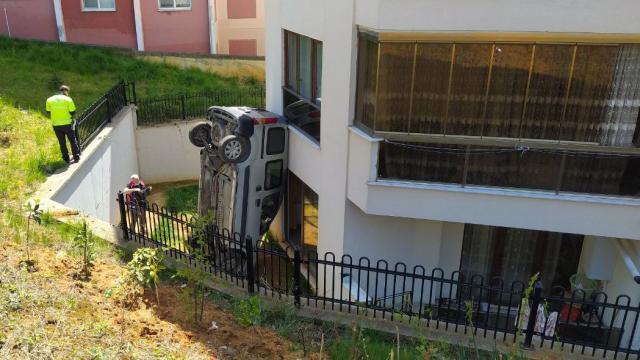 Düzcede hafif ticari araç evin bahçesine devrildi: 2 yaralı