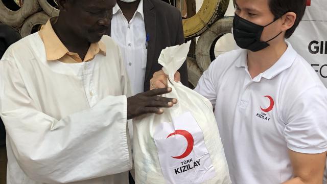 Türk Kızılay Güney Sudanda engelli, yerinden edilmiş ve muhtaçlara gıda yardımında bulundu