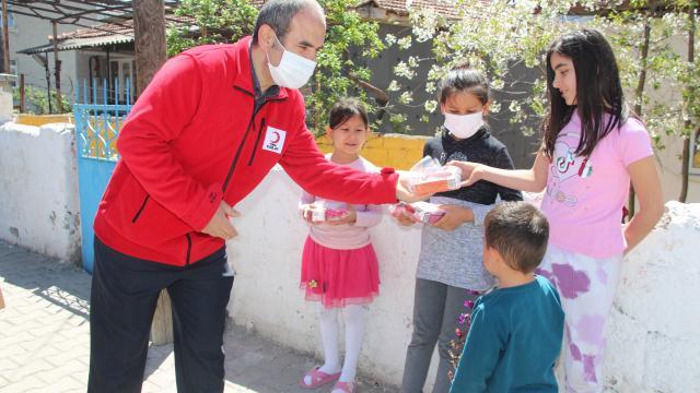Taşovada Türk Kızılaydan çocuklara ramazan hediyesi