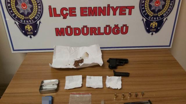 Düzcede denetimlerde maske kutusu içerisine gizledikleri uyuşturucuyla yakalanan 2 şüpheliden biri tutuklandı
