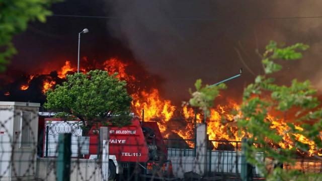 Osmaniyede geri dönüşüm fabrikasında yangın