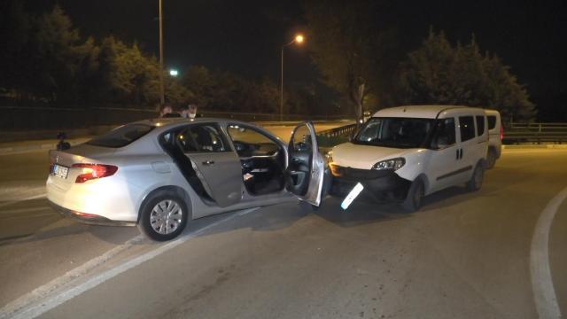 Denetimden kaçarken polis aracına çarptılar