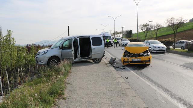 Serdivanda taksinin çaptığı polis aracındaki 2 çevik kuvvet polisi hafif yaralandı