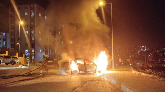Esenyurtta seyir halindeki otomobilde çıkan yangın söndürüldü