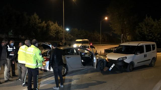 Bursada uygulama noktasından kaçarken polis aracına çarpan otomobilde uyuşturucu ve silah bulundu