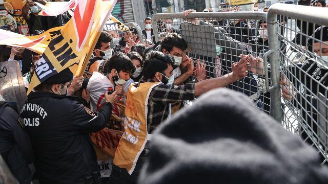 Taksim Meydanına izinsiz yürümek isteyen gruba müdahale