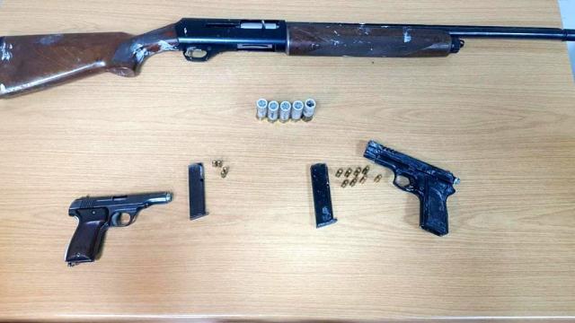 Bitliste bir hükümlünün evinde ruhsatsız silahlar ile uyuşturucu bulundu