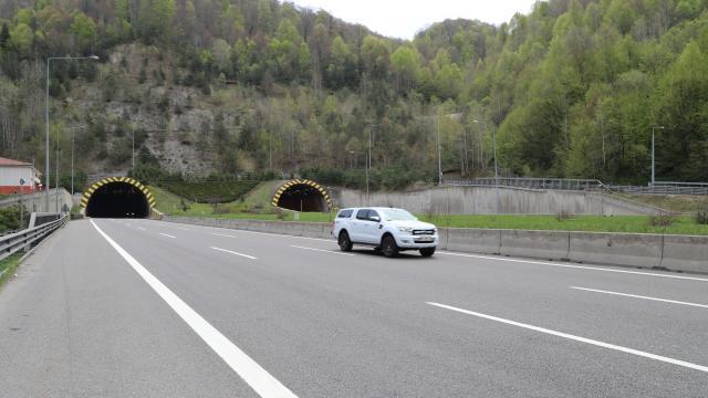"""Bolu Dağı Tünelinden """"tam kapanma"""" öncesi 2 günde 100 binden fazla araç geçti"""