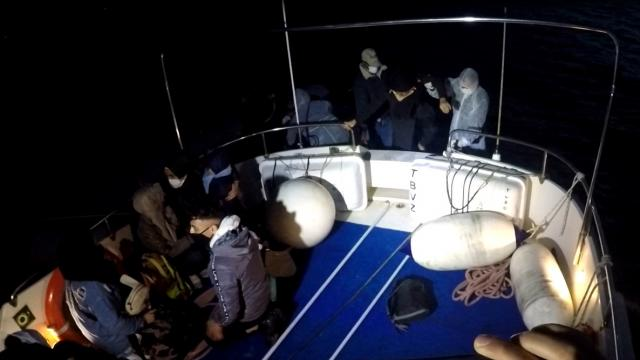 Bodrum açıklarında Türk kara sularına itilen 11 göçmen kurtarıldı