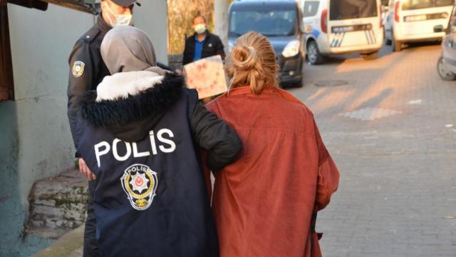 Evin gizli bölmesinde saklanan 2 kadın, polis ekiplerince yakalandı