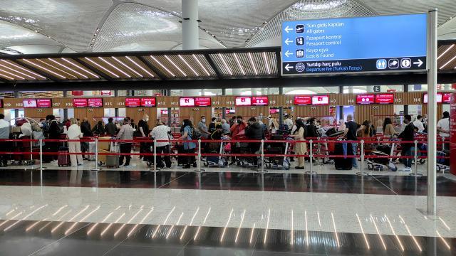 İstanbuldaki havalimanlarında büyük yoğunluk: 135 binden fazla yolcu kullandı