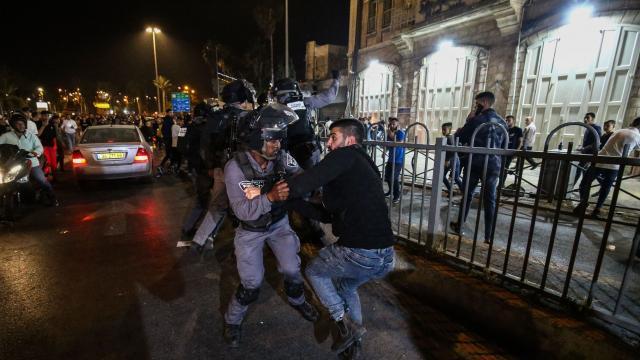 İsrail polisi Şam Kapısı önünde toplanan Filistinlilere müdahale etti