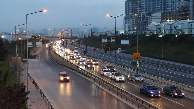 İstanbul trafiğinde tam kapanma yoğunluğu