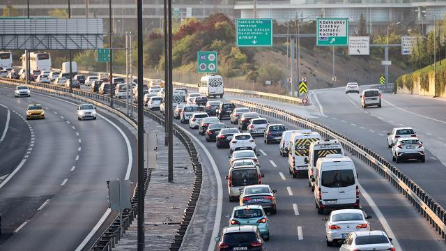 İstanbulda mesai saatinin bitimiyle trafikte yoğunluk oluştu