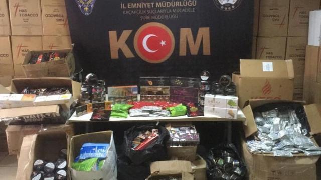 İzmirde bir iş yeri ve depoda 576 kilogram kaçak nargile tütünü ele geçirildi