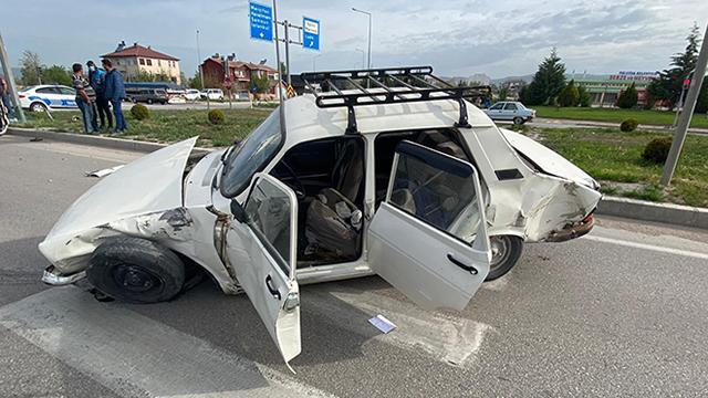 Amasyada hafif ticari araç ile otomobil çarpıştı: 6 yaralı