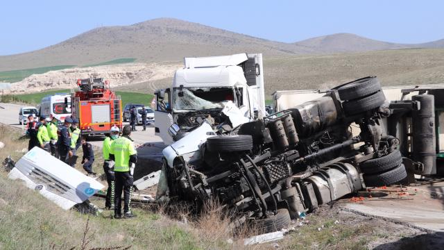 Kütahya-Afyonkarahisar kara yolunda trafik kazası: 2 ölü