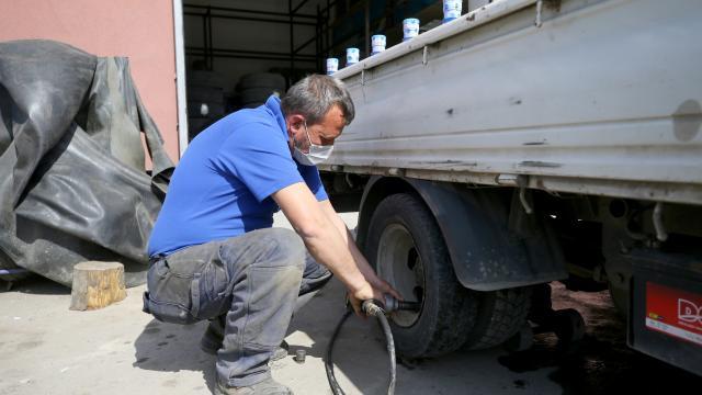 Trakyada kısıtlamadan muaf tutulan lastik tamircileri mesailerini sürdürüyor