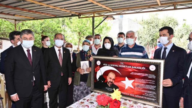 Bakan Yanık Osmaniyede şehit ailesini ziyaret etti