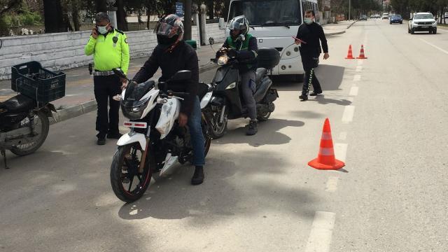 Polis ekipleri, motosiklet sürücülerine de cezai işlem uyguladı