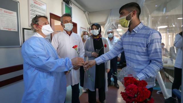 Sağlık çalışanlarına karanfil dağıtarak cezadan kurtuldu