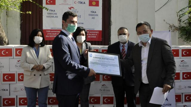 TİKA, Kırgızistan Sağlık ve Sosyal Bakanlığı aracılığıyla ihtiyaç sahibi 1000 aileye gıda yardımı ulaştırdı