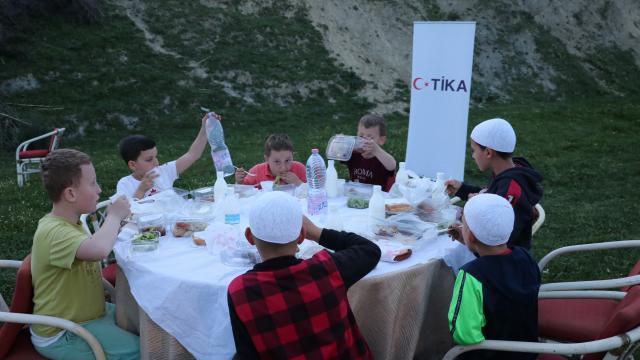 TİKA Arnavutlukta ihtiyaç sahiplerine iftar sofrası kurdu
