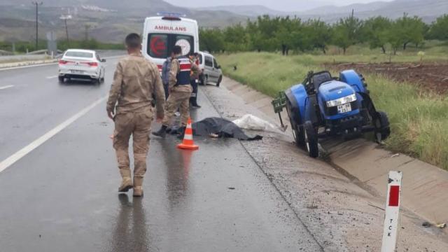 Kamyonet ile traktör çarpıştı: 1 ölü