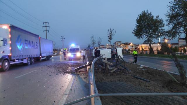Bursada devrilen otomobildeki 2 kişi yaralandı