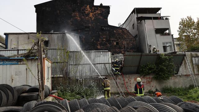 Eyüpsultanda lastik deposunda yangın çıktı