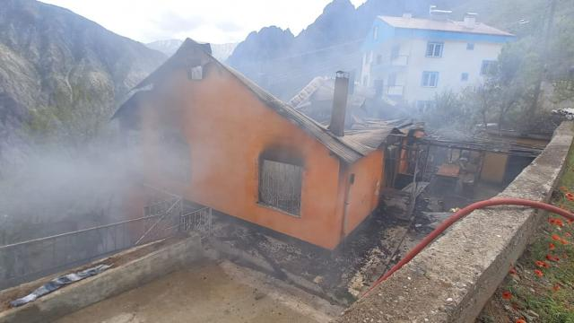 Artvinde iki katlı bir evde yangın çıktı