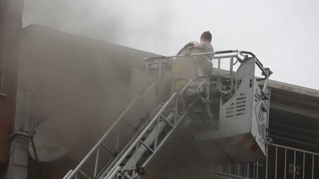 Sultangazide yangın: Üst katta mahsur kalan aileyi itfaiye kurtardı