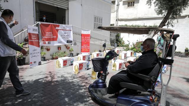 Yeryüzü Doktorları Gazzede ihtiyaç sahiplerine gıda yardımı ulaştırdı