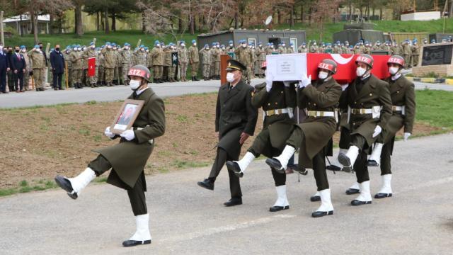 Pençe-Yıldırım Operasyonunda şehit olan asker için Hakkaride tören düzenlendi