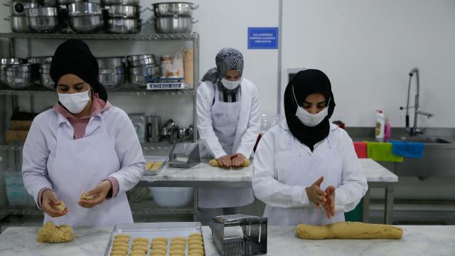 İzmirde İmam Hatipliler ve Mezunlar Derneğinin kurduğu aşevinden her gün 700 sofraya sıcak yemek ulaşıyor