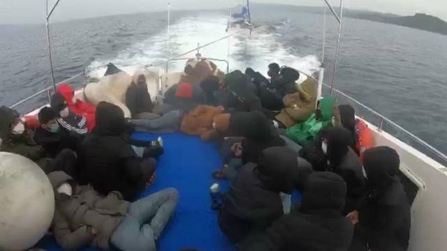 Türk kara sularına itilen 29 düzensiz göçmen kurtarıldı