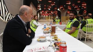 Bakan Karaismailoğlu metro istasyonunda görevli işçilerle iftar yaptı