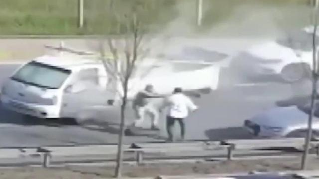 Yol verme kavgası: Önce darp etti, sonra yangın tüpüyle saldırdı