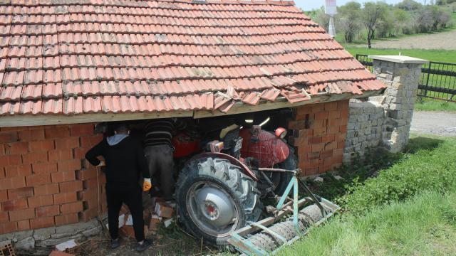 Kütahyada traktör ahır duvarına çarptı, 2 kişi yaralandı