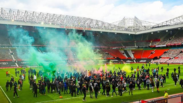 Manchester United taraftarları Old Trafford Stadını işgal etti