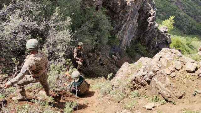 Komandoların zorlu arazi şartlarındaki fedakarca mücadelesi