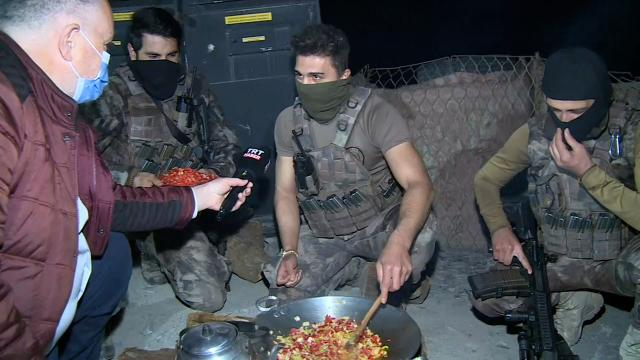 TRT Haber ekibi sınırın sıfır noktasında polislerle sahur yaptı