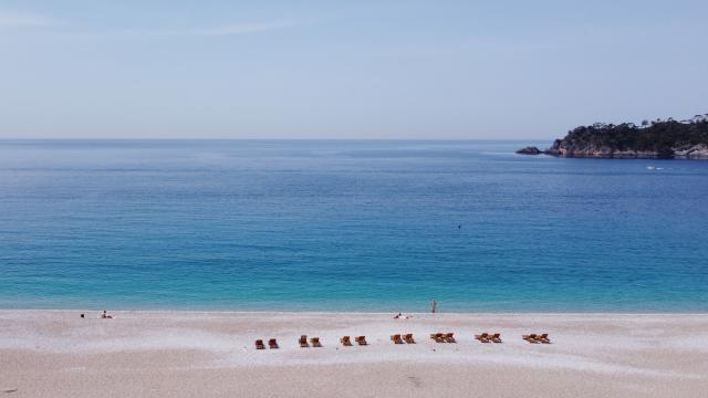 Antalya ve Muğlada sahiller sokağa çıkma kısıtlamasından muaf tutulan turistlere kaldı