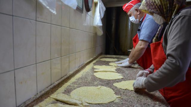 Manisanın susamlı helvası 121 yıldır iftar sofralarını süslüyor
