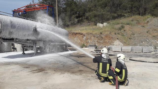 Fethiyede zift tankında çıkan yangın söndürüldü