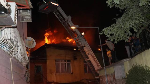 İzmirde fırın çatısında çıkan yangın çevredeki binalara sıçradı