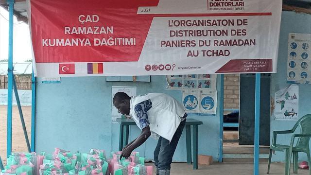 Yeryüzü Doktorları Çadda 400 aileye kumanya dağıttı