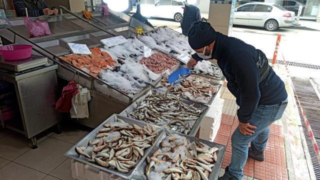 Sinopta kısıtlama günlerinde balık tezgahları boş kalmıyor