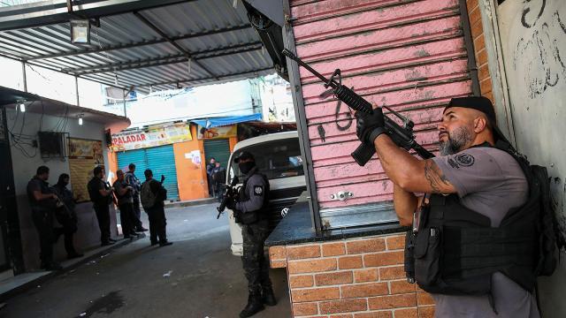 Brezilyada uyuşturucu kaçakçılarına yapılan operasyonda 25 kişi öldü